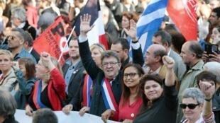 """قادة حركة """"فرنسا الأبية"""" في طليعة التظاهرة في باريس في 23 أيلول/سبتمبر 2017"""
