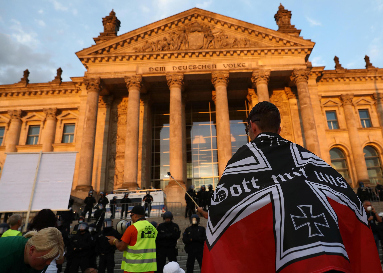Entre 300 et 400 manifestants se sont frayés un chemin jusqu'au siège du Parlement allemand, samedi 29 août 2020.