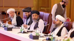 Miembros de la delegación de los talibanes durante la presentación de la declaración final de las conversaciones de paz entre el Gobierno afgano y los talibanes en Doha, Qatar, el 18 de julio de 2021.