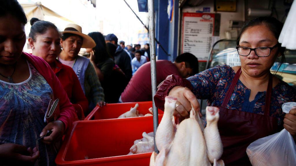 La gente hace cola para comprar pollo en un mercado en La Paz, Bolivia, el 17 de noviembre de 2019.