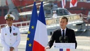 الرئيس الفرنسي إيمانويل ماكرون يلقي كلمة خلال زيارة لقاعدة فرنسية في أبوظبي في 9 تشرين الثاني/نوفمبر 2017