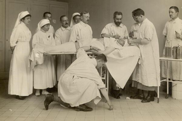 Une opération sur un blessé de la face.