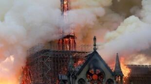 Durante el incendio que asoló Notre-Dame el pasado 15 de abril, varios cientos de toneladas de plomo contenidas en la estructura de la aguja y en el techo se derritieron y se esparcieron bajo la forma de partículas.