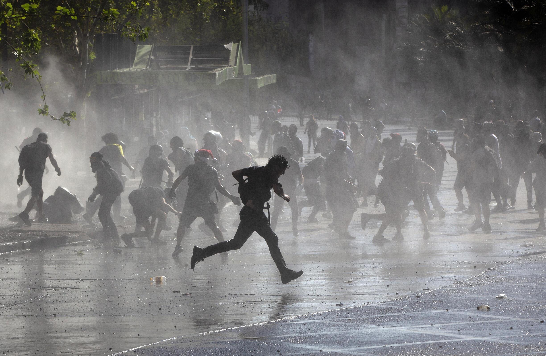 Première manifestation de l'année à Santiago du Chili, dispersée par les canons à eau de la police anti-émeute
