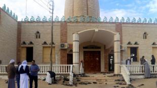 Un grupo de personas permanece frente a la mezquita de Al Rauda, lugar del ataque, en Bir al-Abed, Egipto, el 25 de noviembre de 2017.