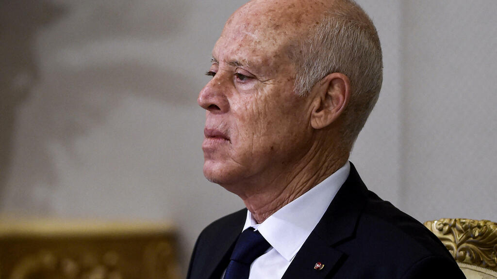الرئيس التونسي يلوح لإمكانية تعديل الدستور ويقول إن تشكيل الحكومة سيتم بأقرب الآجال thumbnail