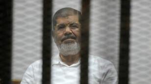 Mohamed Morsi, le 5 novembre 2014, lors de l'un de ses procès au Caire.