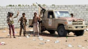 قوات موالية للحكومة اليمنية تتقدم في اتجاه مدينة الحديدة في 6 تشرين الثاني/نوفمبر.
