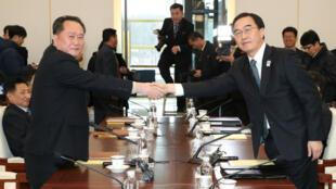 Le ministre coréen de l'Unification du Sud Cho Myung-gyun et le chef de la délégation du Nord Ri Son-gwon, le 9 janvier 2018.