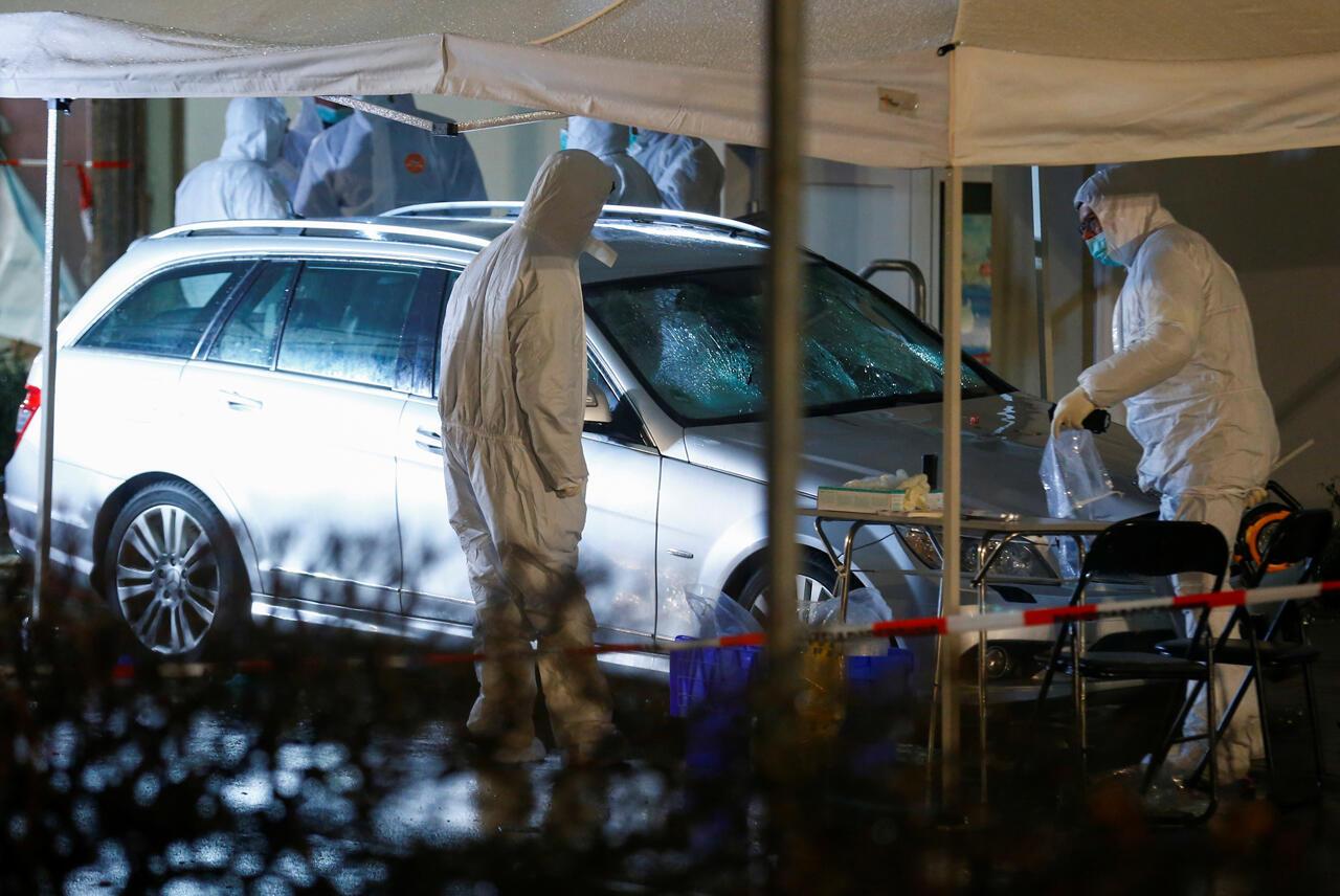 Oficiales forenses de la policía trabajan en la escena después de que el automóvil inspeccionado se estrellara contra un desfile de carnaval hiriendo a varias personas en Volkmarsen, Alemania , el 24 de febrero de 2020.