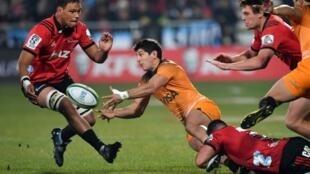 Les Crusaders n'ont laissé aucune chance aux Jaguares de Tomas Cubelli, plaqué par Bryn Hallen finale du Super Rugby, le 6 juillet 2019 à Christchurch