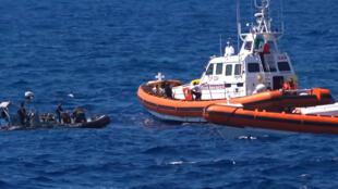"""صورة من تسجيل فيديو سفينة لإنقاذ المهاجرين تابعة لمنظمة """"أوبن آرمز"""" قبالة سواحل جزيرة لامبيدوسا الإيطالية في 20 آب/أغسطس 2019"""