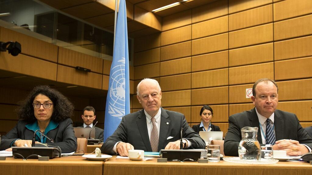 El enviado de la ONU Staffan de Mistura observa antes del inicio de las conversaciones sobre Siria en Viena.