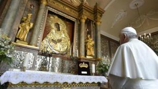 El papa Francisco visita el Santuario de la Divina Misericordia en la Capilla de la Puerta del Alba en Vilna, Lituania, el 22 de septiembre de 2018.