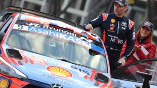 El piloto francés Sebastien Loeb, de Toyota, en el podio después del 88º Rally de Montecarlo, la carrera inaugural del Campeonato Mundial de Rally FIA 2020 (WRC), en Mónaco, el 26 de enero de 2020.