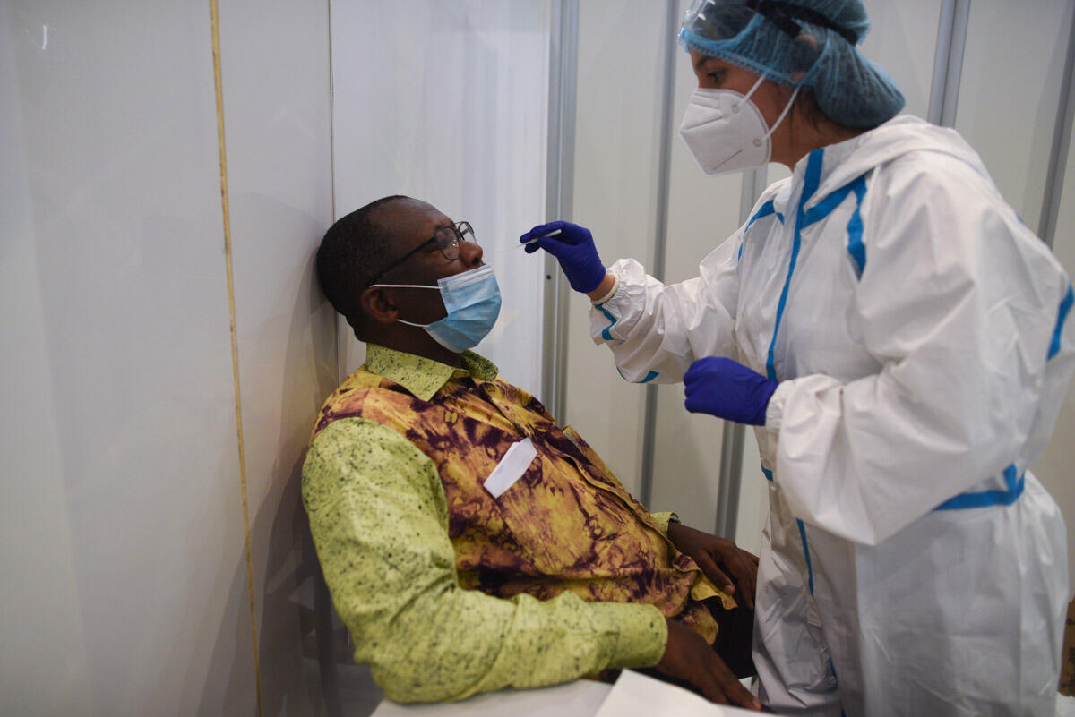 Amadou Sylla pendant son test Covid au centre de dépistage de l'aéroport Roissy-Charles-de-Gaulle le 04 août 2020