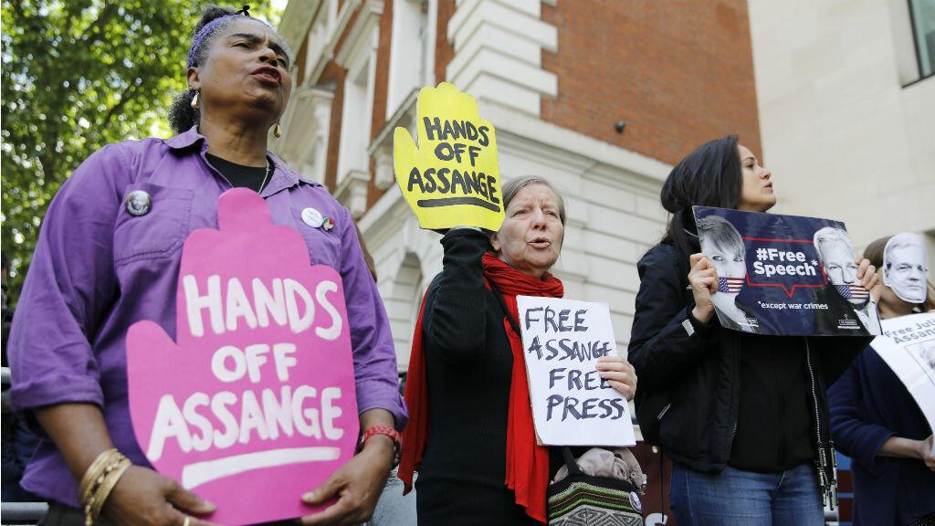 Los simpatizantes del fundador de WikiLeaks, Julian Assange, sostienen pancartas en protesta frente al Tribunal de Magistrados de Westminster en Londres el 30 de mayo de 2019.