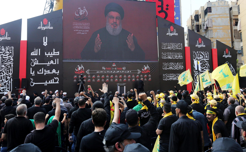 أنصار حزب الله يتابعون خطابا لزعيمه حسن نصر الله في إحدى ساحات بيروت. 10 سبتمبر/ أيلول