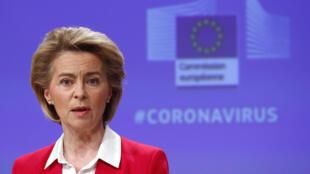 La présidente de la Commission européenne Ursula von der Leyen s'exprime lors d'une conférence de presse le 2 avril 2020 à Bruxelles