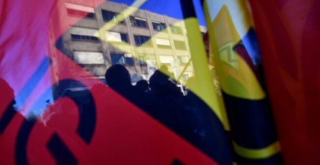 """أعضاء من نقابة """"آي جي ميتال"""" يتظاهرون أمام مصنع لشركة """"أوتيس"""" في برلين في 8 يناير 2018"""