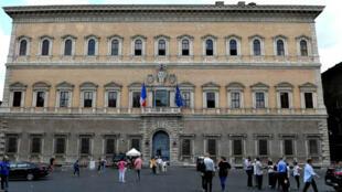 La gente visita el Palazzo Farnese en Roma, donde se encuentra la Embajada de Francia, el 13 de junio de 2018.