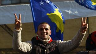 Varias personas asistieron a las celebraciones del décimo aniversario de la independencia de Kosovo en Pristina, Kosovo, el 17 de febrero de 2018.