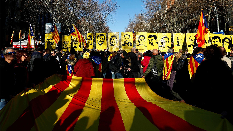 Pancartas con los rostros de los 12 acusados en el juicio del Tribunal Supremo, en Barcelona, España, el 16 de febrero de 2019.