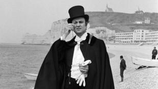 """Georges Descrières en """"Arsène Lupin"""", le 1er mai 1973 à Étretat"""