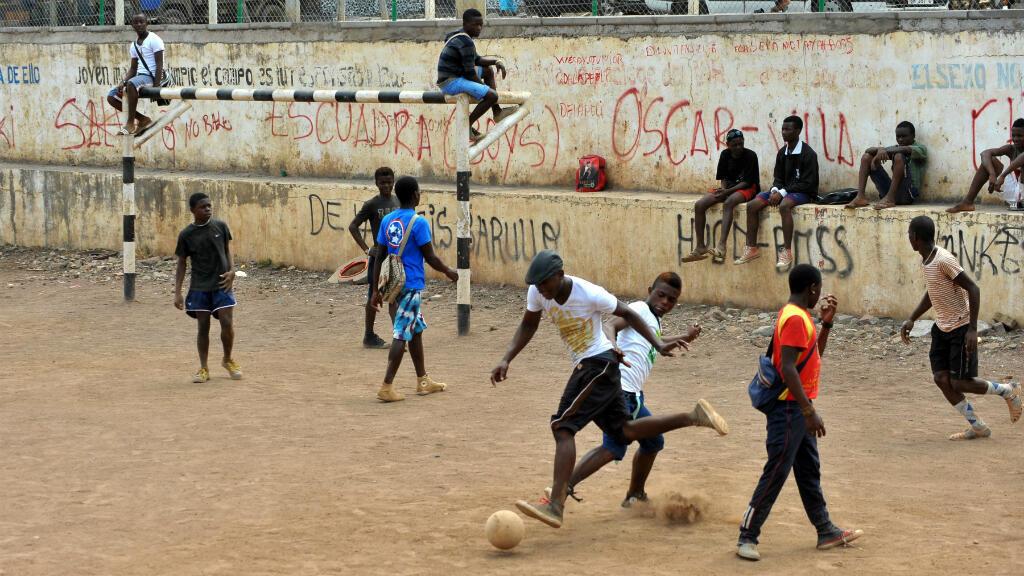 Des jeunes jouent au football à Malabo, en Guinée Equatoriale, en janvier 2012.