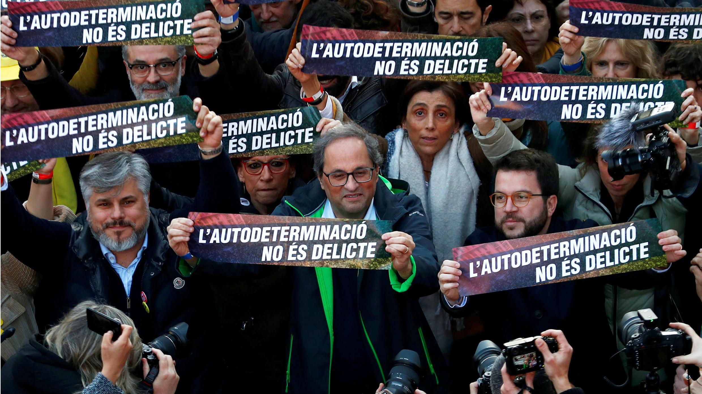 """El presidente de la región catalana, Quim Torra, participa en la marcha, con una pancarta que reza que """"la autodeterminación no es un crimen"""", en Barcelona, España, el 16 de febrero de 2019."""