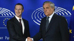 Le PDG de Facebook Mark Zuckerberg serre la main du président du Parlement européen, Antonio Tajani, le 22 mai 2018, à Bruxelles.