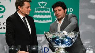 L'arbitre suisse Andreas Egli (à gauche) et le capitaine français de la Coupe Davis, Sébastien Grosjean, tirent au sort pour la finale de la Coupe Davis de 2019, à Madrid, le 14 février 2019.