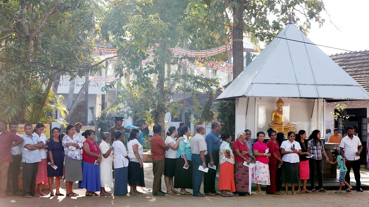 الناخبون يقفون في طابور للإدلاء بأصواتهم خلال الانتخابات الرئاسية في كولومبو، سريلانكا 16 نوفمبر/ تشرين الثاني 2019.