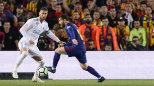 L'attaquant de FC Barcelone Lionel Messi face au défenseur du Real Madrid Sergio Ramos lors du clasico au Camp Nou, le 6 mai 2018.