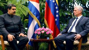 El nuevo presidente de Cuba, Miguel Díaz-Canel, y el presidente de Venezuela Nicolás Maduro, conversando en el Palacio de la Revolución en la ciudad de La Habana, Cuba, el 21 de abril de 2018.