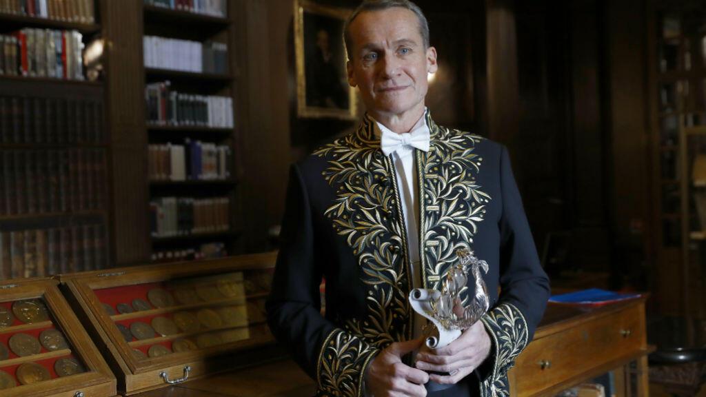 L'auteur d'origine russe Andreï Makine pose dans la bibliothèque de l'Académie avant sa réception, le 15 décembre 2016.