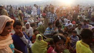 Cientos de refugiados rohingya que huyeron de Myanmar esperan en la carretera donde pasaron la noche entre los campos de refugiados, cerca de Cox's Bazar, Bangladesh.