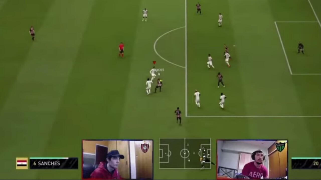 Dos competidores disputan un partido de la eCopa Argentina AFA Esports 2020, de fútbol virtual, organizada durante la pandemia de Covid-19 en el país sudamericano entre el 29 de junio y el 19 de julio.