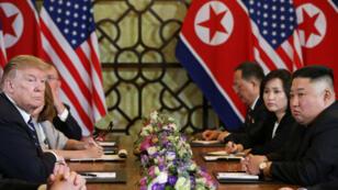 El presidente de Estados Unidos, Donald Trump, y el líder norcoreano, Kim Jong-un, comparten un encuentro bilateral en Hanói, Vietnam, el 28 de febrero de 2019.