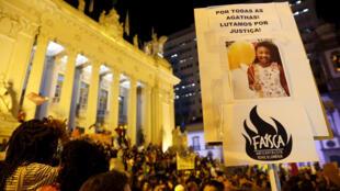 Decenas de personas se reunieron este lunes 23 de septiembre de 2019 frente a la sede de la Asamblea Legislativa de Río de Janeiro (Brasil) para protestar por la muerte de la niña de 8 años Ágatha Félix en una operación policial en una favela de la ciudad.