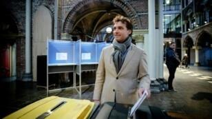 """تييري بوديه زعيم """"منتدى من أجل الديمقراطية"""" يدلي بصوته في أمستردام، الأربعاء 20 مارس/آذار 2019"""
