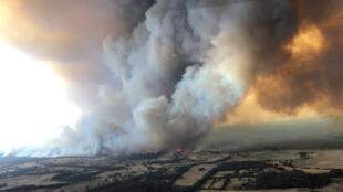 الدخان الكثيف يتصاعد أثناء حرائق الغابات في بوكان، فيكتوريا، أستراليا، 30 ديسمبر/ كانون الأول 2019