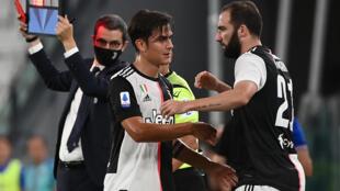 L'attaquant argentin de la Juventus Paulo Dybala (g) sort blessé et est remplacé par son compatriote Gonzalo Higuain (d) contre la Sampdoria, le 26 juillet 2020 à Turin