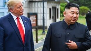 Le leader nord-coréen, Kim Jong-un, s'exprimant aux côtés du président américain Donald Trump au sud de la ligne de démarcation militaire qui sépare la Corée du Nord et la Corée du Sud, le 30 juin 2019.