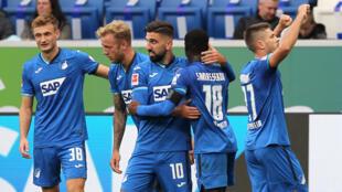 لاعبو هوفنهايم يحتفلون بالفوز على بايرن ميونيخ 4-1 في الدوري الالماني في 29 ايلول/سبتمبر 2020.