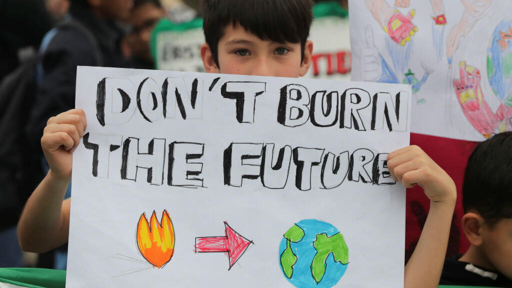 Un niño sostiene una pancarta durante un mitin de Global Climate Strike en Lima, Perú, el 20 de septiembre de 2019.
