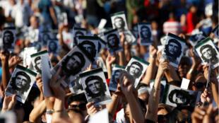 Gente sostiene en sus manos la imagen del 'Che' Guevara en Santa Clara, Cuba, durante la conmemoración de su muerte.