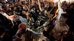 Des manifestants soudanais lors d'un rassemblement en mémoire des victimes du sit-in du 3 juin, dans le nord de Khartoum, le 12 juillet 2019.