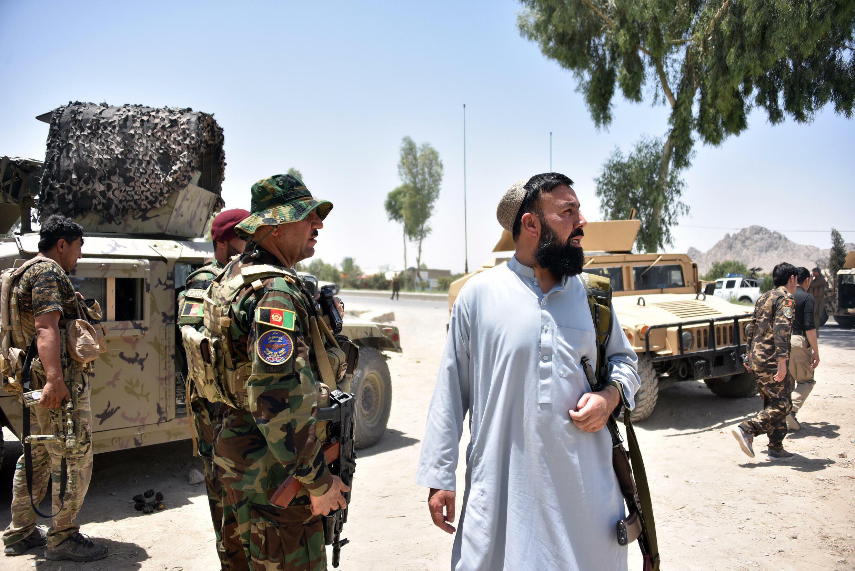 عسكريون أفغان على طريق في قندهار فيما يدور قتال بين قوات الأمن الأفغانية ومقاتلي طالبان في قندهار، في 9 تموز/يوليو 2021