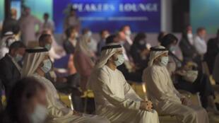 ولي عهد دبي الشيخ حمدان بن محمد آل مكتوم (إلى اليسار) خلال أول مؤتمر فعلي في الإمارة في 16 تموز/يوليو 2020 منذ فرض القيود للوقاية من فيروس كورونا في آذار/مارس
